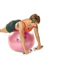 SISSEL® Gymnastikball: Flachliegendes Rudern mit Hanteln