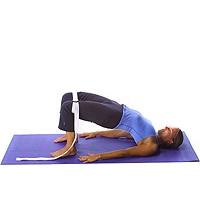 Yoga: Wirbelsäulenhebung (Halbbrücke) mit Riemenband