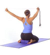 Yoga: Kniende, heroische Pose mit Stützkissen und Riemenband