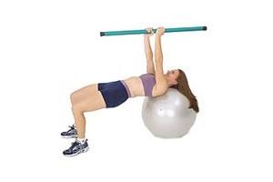 SISSEL® Heavy Bar auf SISSEL® Gymnastikball: Krabbenähnliches Sidesteppen