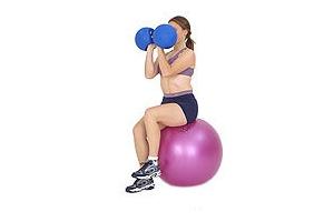 SISSEL® Gymnastikball: Sitzende Arnold Presse mit Hanteln